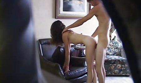 Brunette, der das amateur pornofilme gratis Interview liegt auf der Couch gibt