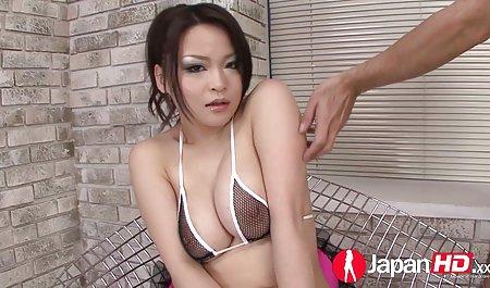 Asiatischer Nerd masturbiert auch gerne amteur pornos