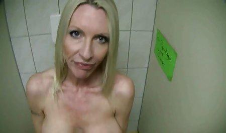 Vollbusige geile privatpornos Frau streichelt sich