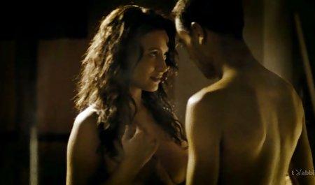 Mädchen zieht privat gedrehte pornos sich spielerisch aus