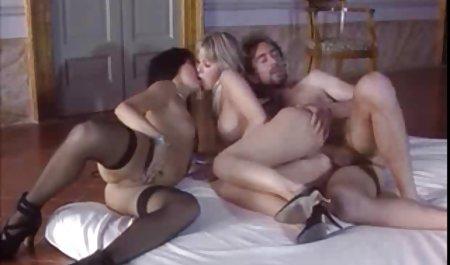 Amy Anderssen lutscht einen Schwanz, während sie in hausgemachte sexfilme die Kamera schaut