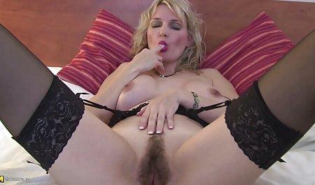 Große Brüste Leigh Darby massiert Kitzler auf der echte amateur pornos Couch