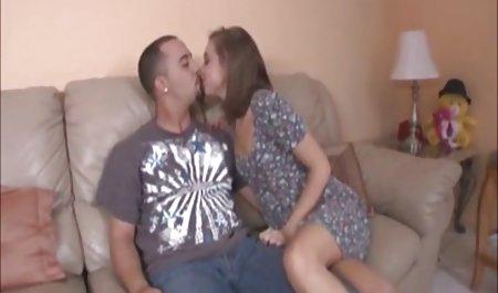 Payton Simmons und Dillion Carter gossen Brustöl ein amateurpornofilm und würzten es mit Sperma